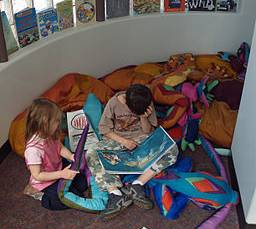 256px-Children_reading_by_David_Shankbone